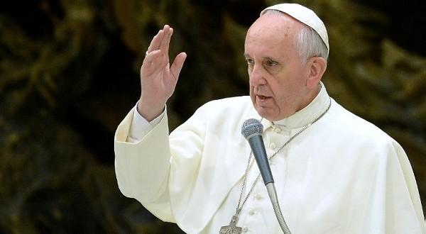 البابا فرنسيس يؤكّد بأنّ ألبانيا هي بلد أوروبي وليس إسلامي في طريق عودته من ألبانيا