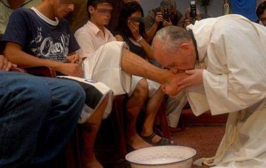 البابا فرنسيس يغيّر القواعد ويغسل أرجل النساء يوم خميس الأسرار!