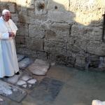 البابا فرنسيس يصلي أمام موقع المغطس
