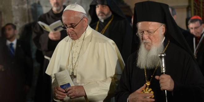 البابا فرنسيس يفاجئ العالم بتقبيل يد البطريرك الأرثوذكسي