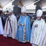 البطريرك الراعي مترئساً القداس في حريصا أمس وبدا البطريركان نرسيس ويونان وكهنة