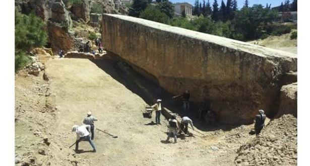 """حجر أثري أضخم من حجر الحبلى اكتشفه طلاب من """"اللبنانية"""" ومديرية الآثار"""