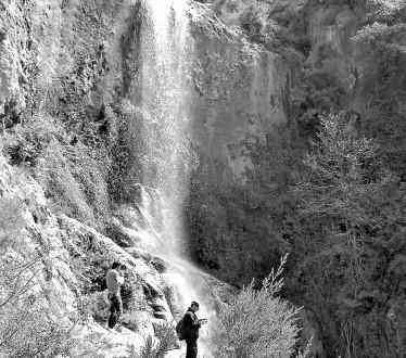 شلال شير الدغلة في أعالي جرود بلدة مشمش تهدر مياهه على ارتفاعات يبلغ علوها أكثر من 45 متراً