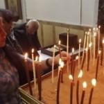 مؤمنون يصلون في الكنيسة