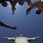 صلاة عند تمثال المسيح الفادي على قمة جبل كوركوفادو في ريو دي جينيرو – البرازيل