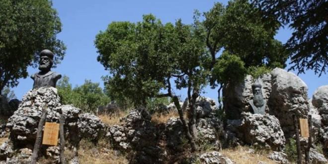 رفع تماثيل البطاركة طوبيا وراجي الخازن ويوحنا الحاج على صخور حديقة البطاركة في قنوبين