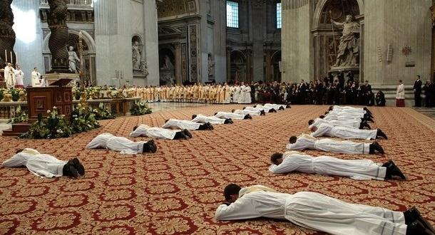 البابا: الكنيسة بحاجة الى الاتضاع حتى الإذلال إن لزم الأمر في كلمة منه لجميع الكهنة