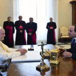 البابا فرنسيس والرئيس المصري عبد الفتاح السيسي في الفاتيكان أمس. (أ ب)