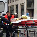 رجال إطفاء ينقلون جريحاً أمام مكتب اسبوعية شارلي ايبدو في باريس أمس. (أ ف ب)