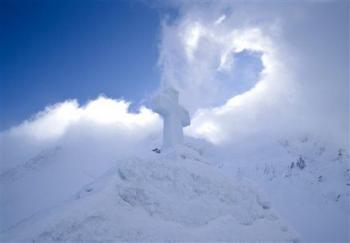 كنيسة من جليد تجمع الكاثوليك والارثوذكس والبروتستانت بسرو