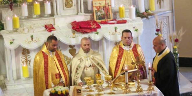 الخوري طوني كرم احتفل بقداسه الاول في كنيسة مار جرجس الحدت: لنقل نعم للرب من دون خوف