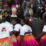 البابا فرنسيس يحيي راقصين يؤدون رقصة تقليدية لدى وصوله الى مطار نيروبي أمس. (أ ب)