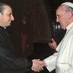 البابا فرنسيس مصافحاً الأب ناصيف