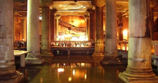 """""""حوض الكاتدرائية"""" أو ما يعرف بـ""""القصر المغمور"""" في إسطنبول… عالم من الجمال"""