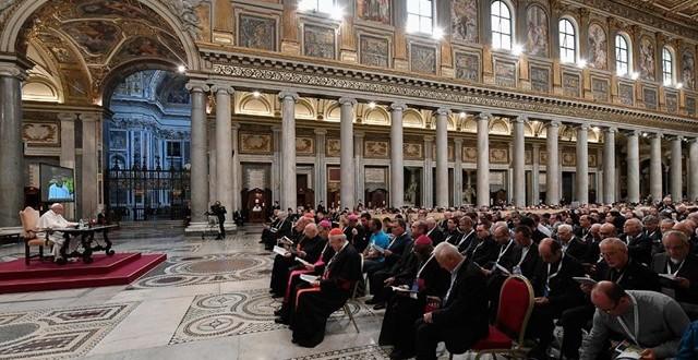 البابا يلتقي كهنة أبرشية روما ويقدم لهم تأملا حول موضوع: تقدّم الإيمان في حياة الكاهن