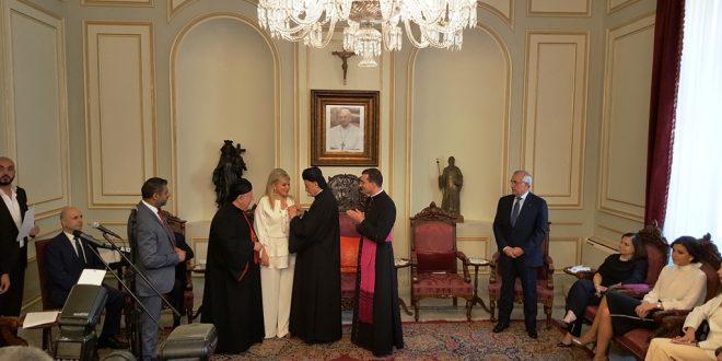 قداسة البابا منح مي شدياق ميدالية القديس غريغوار الكبير قلدها اياها الراعي تقديرا لمثال تقدمه في مجتمعها
