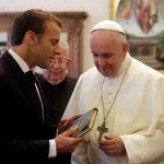 البابا فرنسيس يستقبل الرئيس الفرنسيس ماكرون - AP