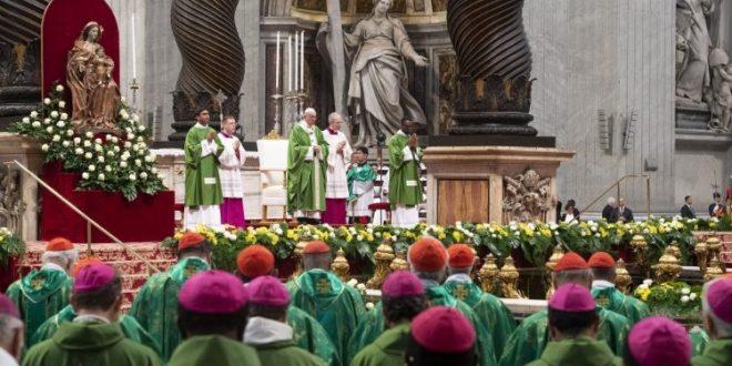 البابا فرنسيس يحتفل بالقداس الإلهي مختتمًا أعمال الجمعيّة العامة العادية الخامسة عشرة لسينودس الأساقفة