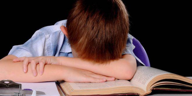أساليب تُكرّه طفلك الدرس