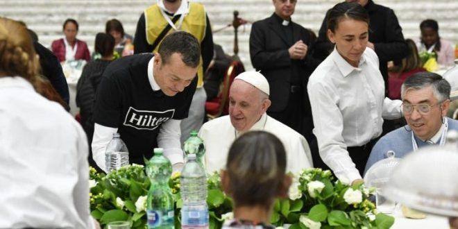 تحية البابا إلى الفقراء لمناسبة مأدبة الغداء في قاعة بولس السادس