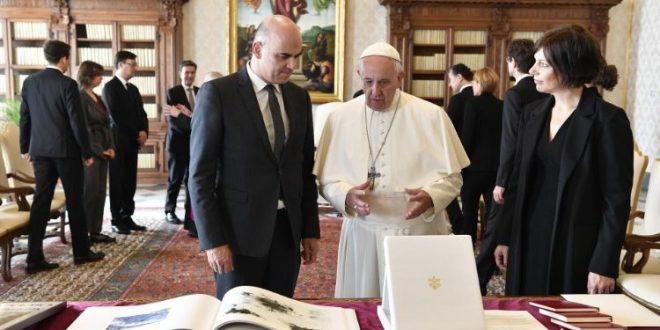 البابا فرنسيس يستقبل رئيس الاتحاد السويسري السيد ألان بيرسي