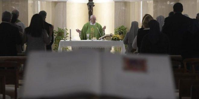 البابا فرنسيس: المنافسة والعُجب يدمّران أسس الجماعات ويزرعان الانقسامات والنزاعات