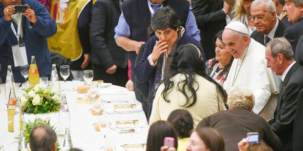 البابا يفاجىء الفقراء على مائدة الطعام…وأحدهم يتكلّم عن صفة للبابا اكتشفها خلال الحديث معه