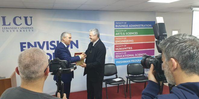 تكريم الاب خضره ضمن فعاليات معرض التوظيف للجامعة اللبنانية الكندية