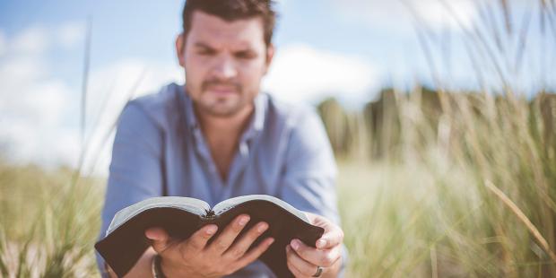قد يكون من السهل علينا ان نخدع الاخرين الذين لا يعرفون نقصنا لكن علاقاتنا اليومية مع من نعيش تحت سقف واحد هي التي تكشف حقيقتنا.