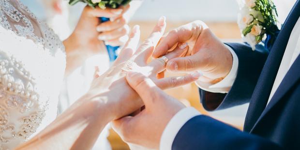 هل تلزم الكنيسة الزوجين وضع الخاتم وهل عدم وضعه يبطل الزواج؟