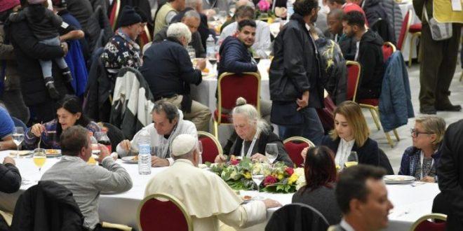 البابا فرنسيس يتناول طعام الغداء مع الفقراء في قاعة بولس السادس