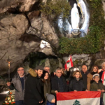 اللبنانيون في مزار سيدة لورد يرفعون الصلوات على نيّة لبنان
